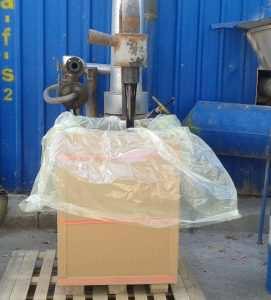 پالت باکس پالت باکس کارتنی برای اولین بار در ایران توسط این شرکت ساخته میشود.این پالت باکس ها ضمن سبکی و استحکام زیاد نسب به دیگر انواع پالت باکس های چوبی و پلاستیکی مقرون به صرفه تر بوده و قابلیت ساخت در سایزهای مختلفی را دارند.بیشترین کاربرد آن در حمل و نقل قیر بجای محفظه های بشکه ای میباشد.برای این منظور دو نوع سایز مخصوص بارگیری در کانتینر طراحی و ساخته شده که یکی ظرفیت 250 کیلوگرم و دیگری 400 کیلو قیر را داشته بطوریکه فضای داخل کانتینر را کاملا پر کرده و از حداکثر ظرفیت حمل استفاده میشود.پالت باکس ها بلافاصله بعد از پر شدن و بسته بندی ،بسیار راحت و سریع با لیفتراک داخل کانتینر بارگیری میشوند. 09120578916 09199762163 ارسال به سراسر کشور